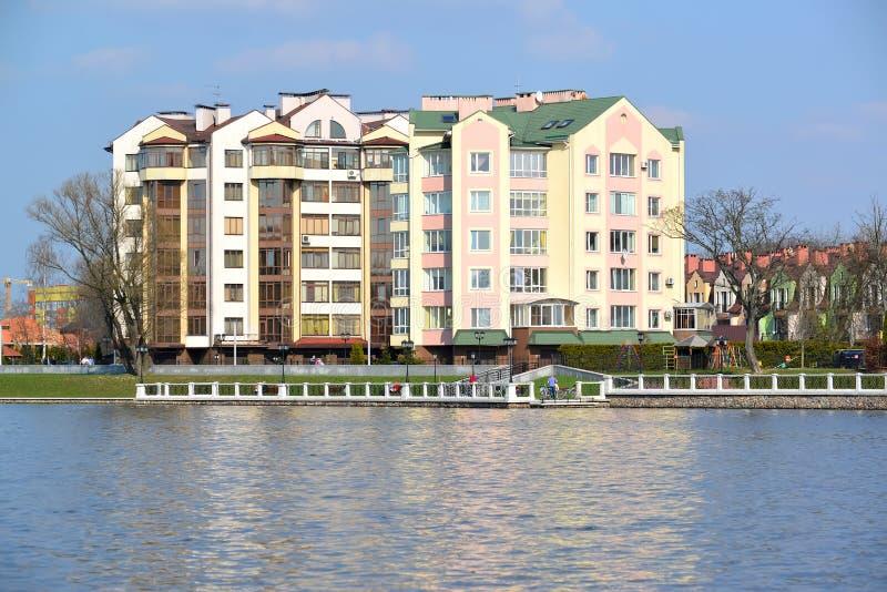 Nowy zamieszkany domaa na banku Odgórny jezioro Kaliningra obrazy royalty free