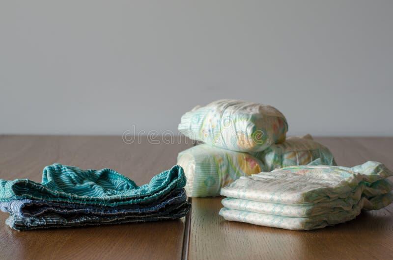 Nowych i Używać pieluszek underpanties na drewnie zdjęcie royalty free