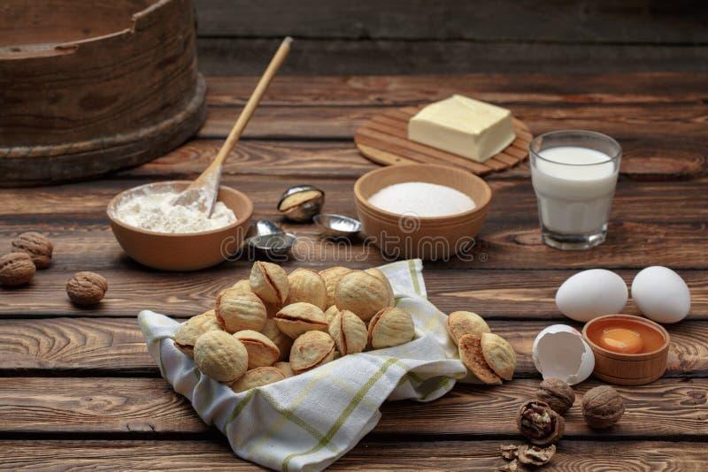 A noz deliciosa deu forma às cookies do sanduíche do biscoito amanteigado enchidas com o leite condensado do doce e desbastou por fotos de stock royalty free