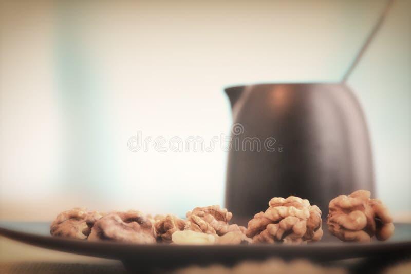 Nozes e leite para um café da manhã saudável foto de stock