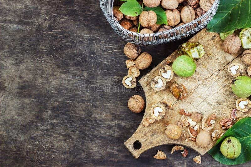Nozes inteiras e conceito saudável de madeira preto cancelado da opinião superior do fundo imagem de stock