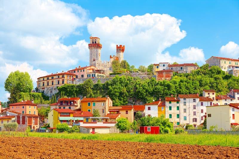 Nozzano Castello e suas colheitas agrícolas, vila medieval na província de Lucca, Toscânia imagens de stock royalty free