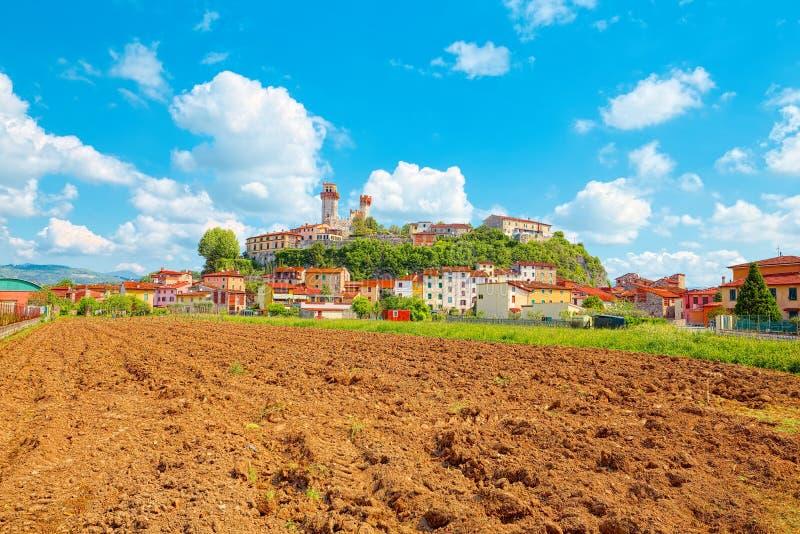 Nozzano Castello y sus cosechas agrícolas, pueblo medieval en la provincia de Lucca, Toscana imagenes de archivo
