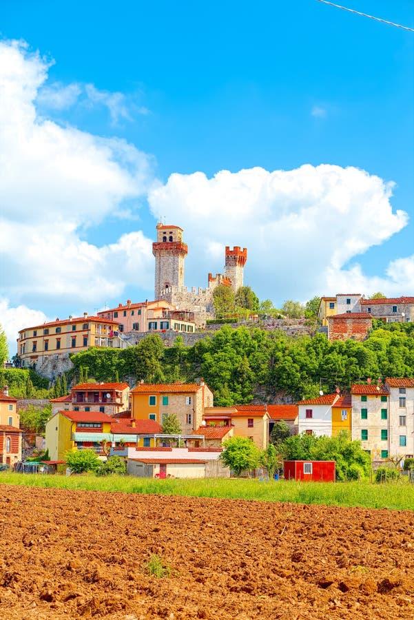 Nozzano Castello y sus cosechas agrícolas, pueblo medieval en la provincia de Lucca, Toscana foto de archivo