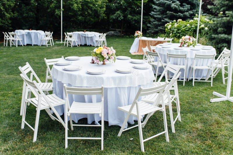 nozze banquet Sedie e tavola dei honeymooners decorata con le candele, immagine stock libera da diritti
