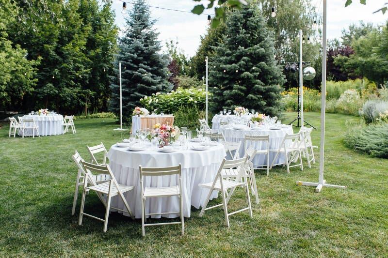 nozze banquet Sedie e tavola dei honeymooners decorata con le candele, fotografie stock