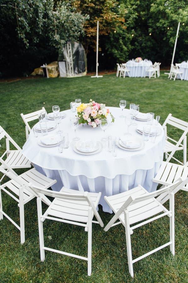nozze banquet Sedie e tavola dei honeymooners decorata con le candele, immagini stock libere da diritti