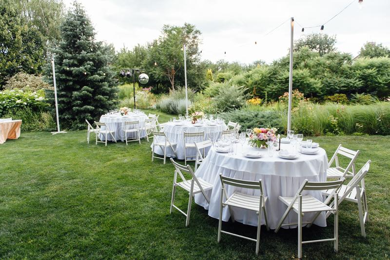 nozze banquet Sedie e tavola dei honeymooners decorata con le candele, immagini stock