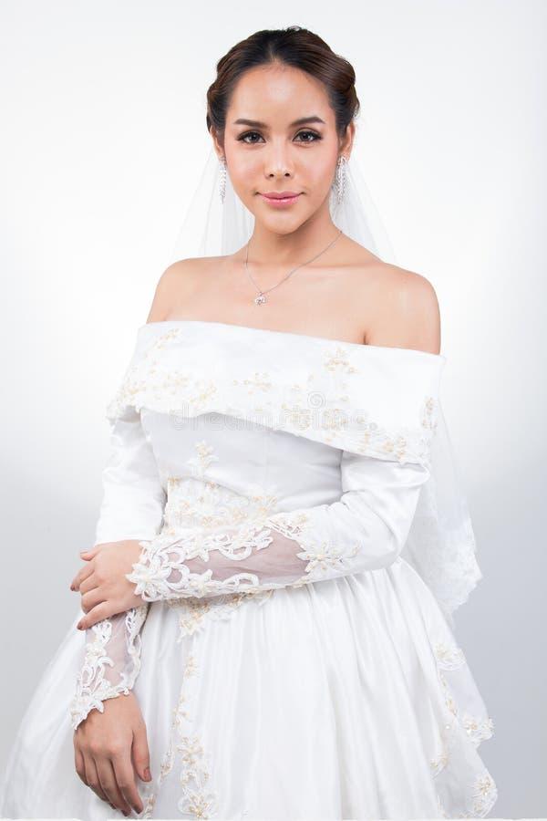 Nozze bianche della bella sposa asiatica adorabile della donna immagine stock