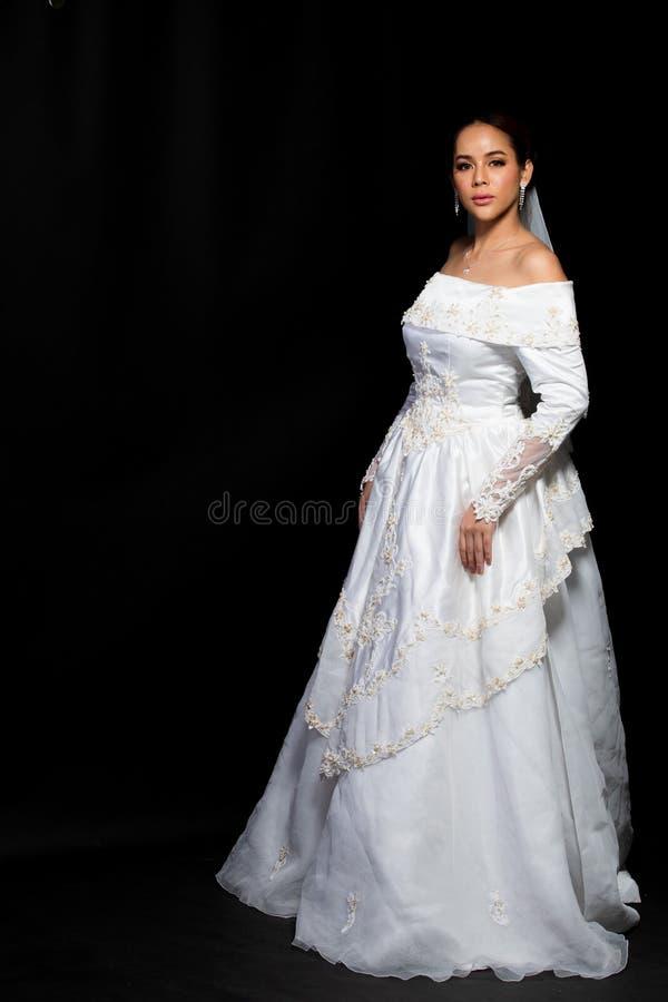 Nozze bianche della bella sposa asiatica adorabile della donna fotografie stock