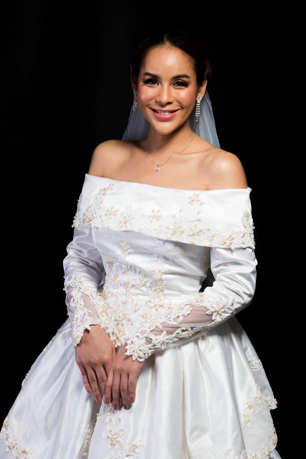 Nozze bianche della bella sposa asiatica adorabile della donna fotografia stock libera da diritti