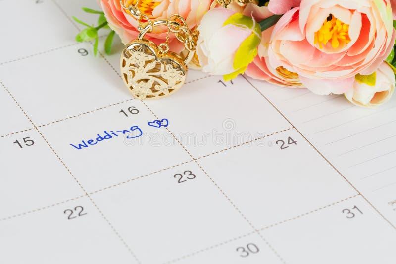 Nozze di parola sul braccialetto dell'oro e del calendario immagine stock