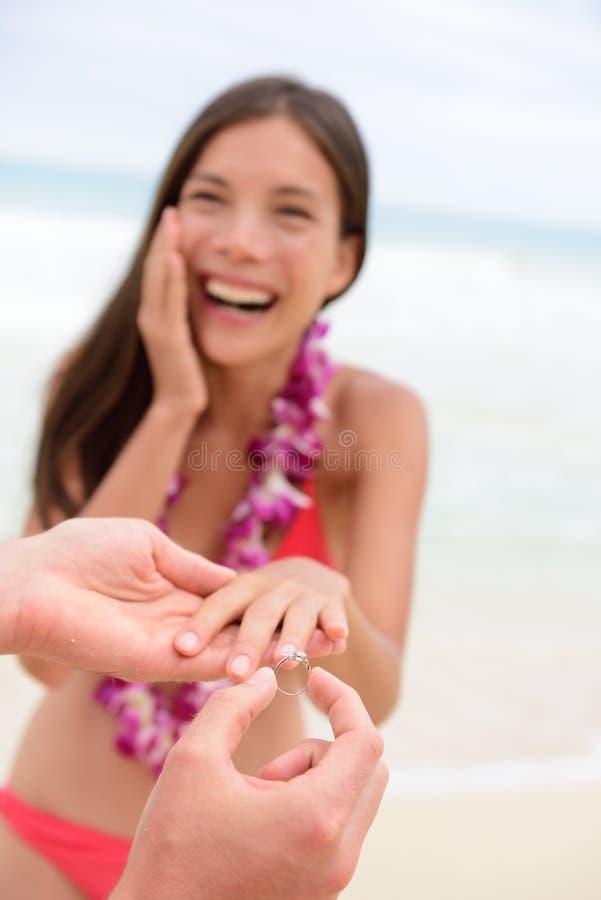 Nozze di spiaggia casuali delle coppie di proposta di matrimonio fotografie stock