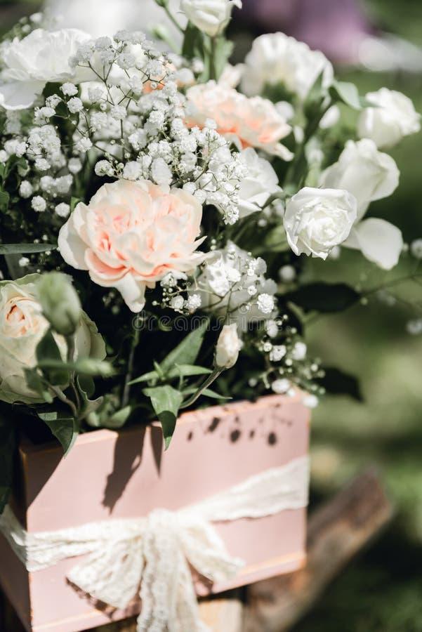 Nozze floristry Composizione dei fiori freschi fotografia stock libera da diritti