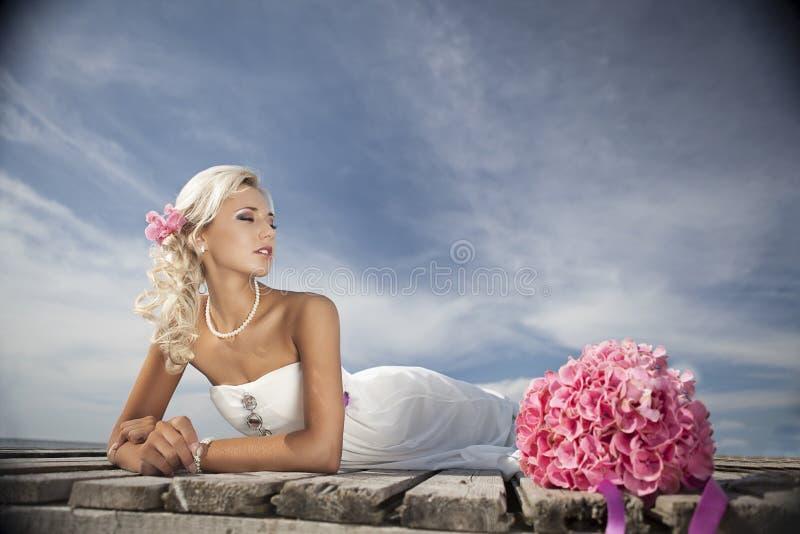 Nozze, giovane felice e celebrazione della donna fotografia stock libera da diritti
