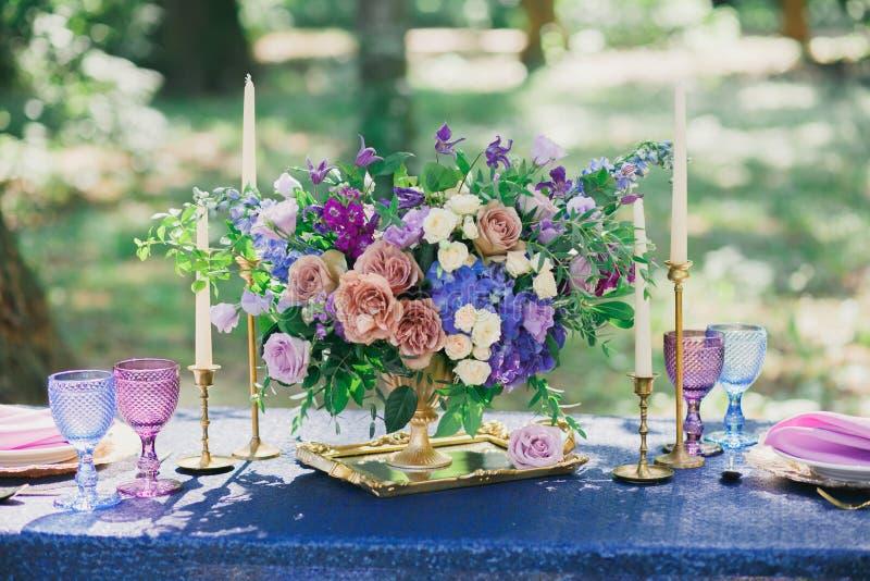 Nozze nella decorazione di nozze della foresta immagini stock libere da diritti
