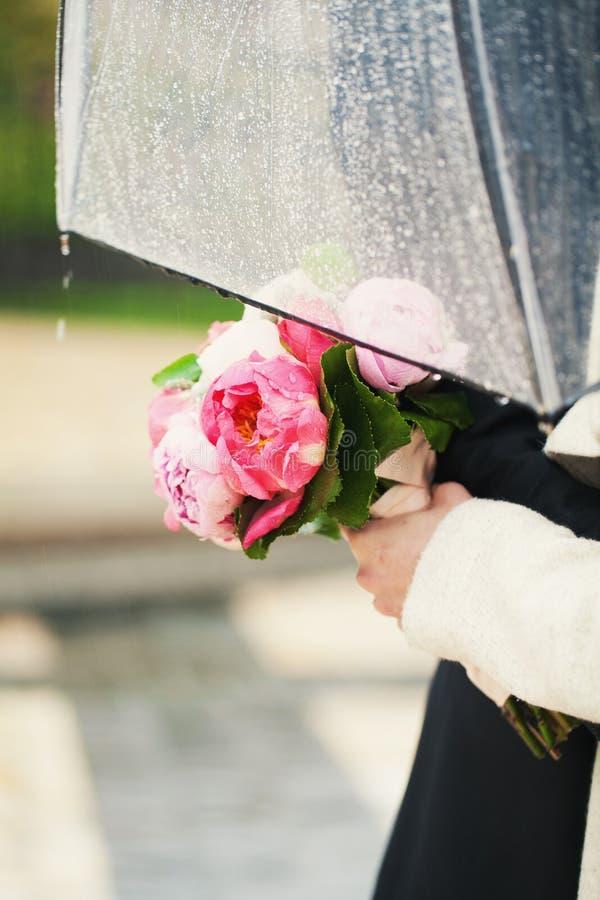Nozze nella pioggia fotografia stock libera da diritti