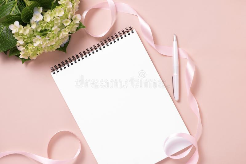 Nozze per fare lista con i fiori Disposizione del piano del pianificatore del modello immagini stock
