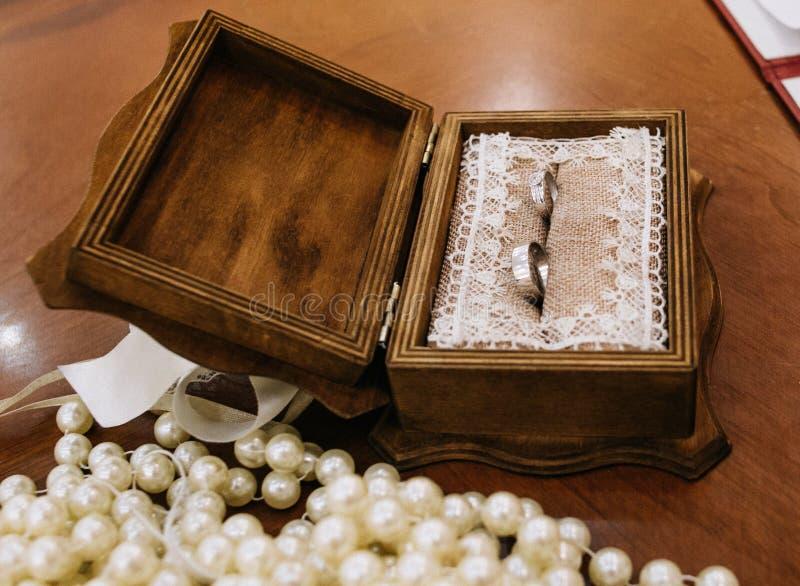 Nozze preziose della scatola di legno del diamante di due anelli di oro fotografia stock libera da diritti