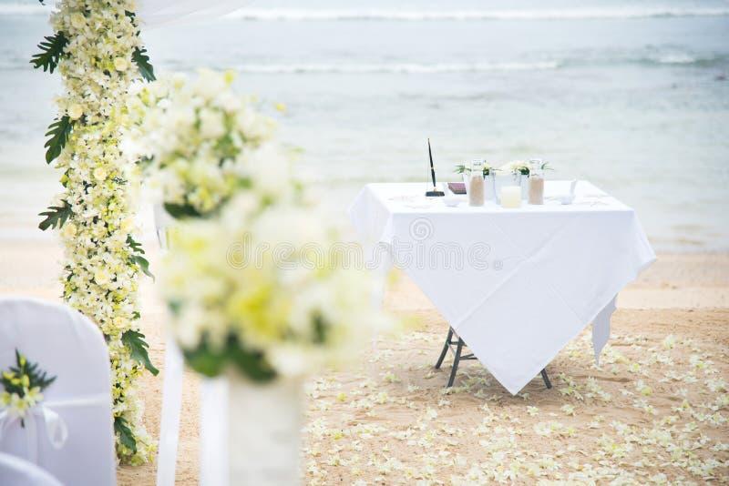 Nozze romantiche installate sulla spiaggia fotografie stock libere da diritti