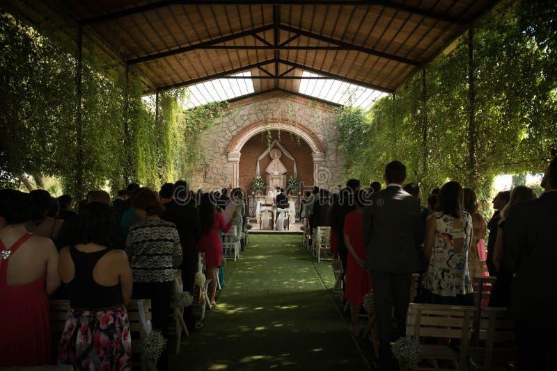 Nozze in una chiesa cattolica, cerimonia all'aperto in una cappella del giardino fotografia stock libera da diritti