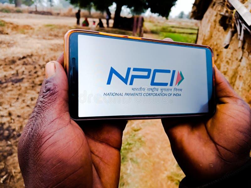 NPCI krajowe korporacje płatnicze Indii z logo umieszczonym na wyświetlaczu telefonu komórkowego na terenie wsi w Indiach grudzie obrazy stock