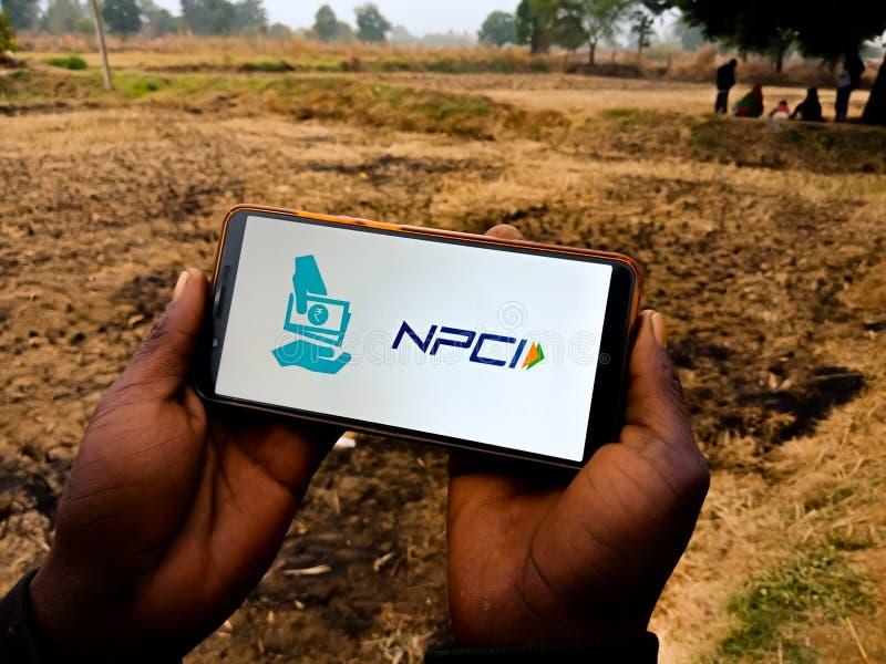 NPCI krajowe korporacje płatnicze Indii z logo umieszczonym na wyświetlaczu telefonu komórkowego na tle rolnym w indiach grudzień fotografia royalty free