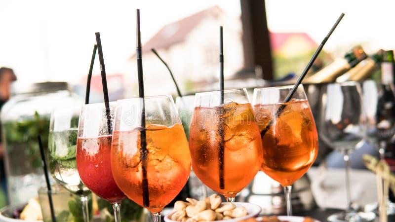 Nprocess der Vorbereitung eines Cocktails Aperol spritz Nahaufnahme stockbilder