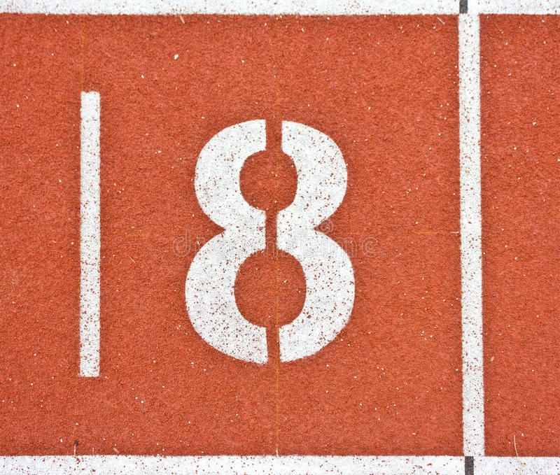 Nr. acht auf Laufbahnlinien stockfotos