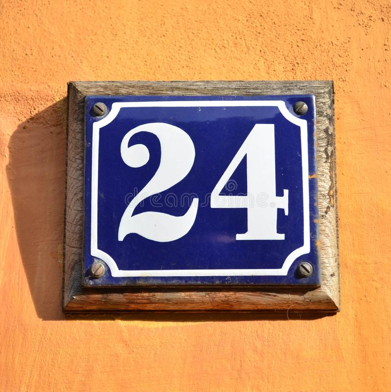 Nr. 24 auf Hausmauer stockbild