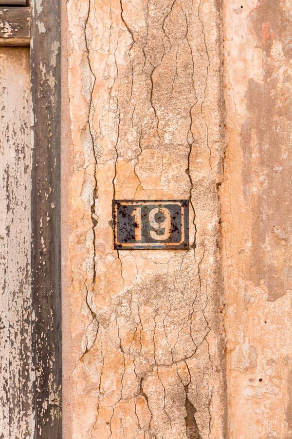 Nr. 19 auf Wandzeichen, rostig und verwittert stockbilder