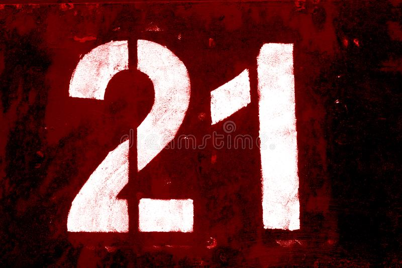 Nr. 21 in der Schablone auf Metallwand im roten Ton stockbilder