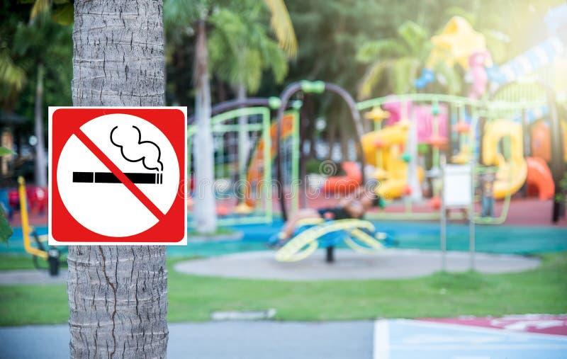 Nr die - bij de speelplaats roken royalty-vrije stock foto
