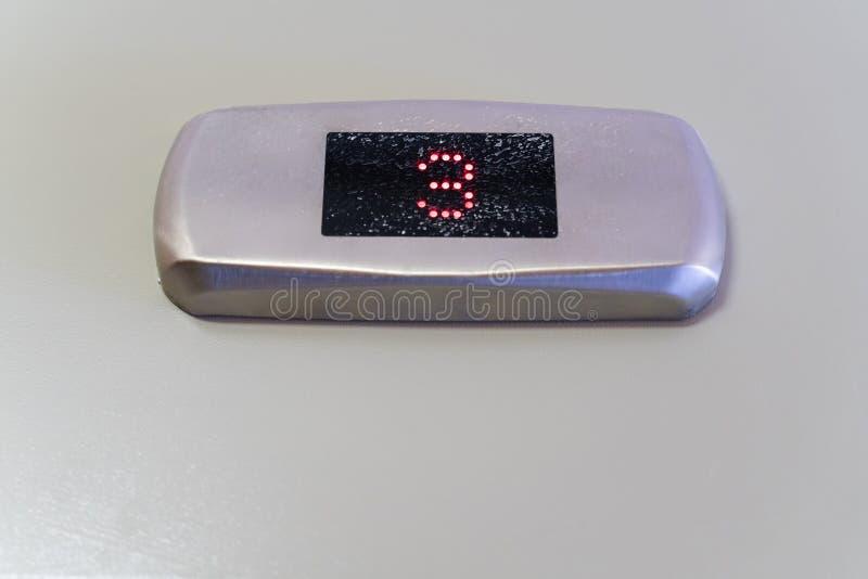 Nr. drei auf einer schwarzen Monitoranzeige mit einem Metallmattchromrahmen stockfotografie