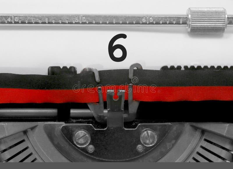 Nr. 6 durch die alte Schreibmaschine auf Weißbuch lizenzfreie stockfotos