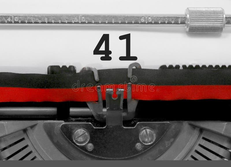 Nr. 41 durch die alte Schreibmaschine auf Weißbuch lizenzfreie stockfotos