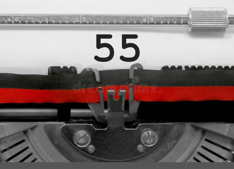 Nr. 55 durch die alte Schreibmaschine auf Weißbuch lizenzfreies stockbild
