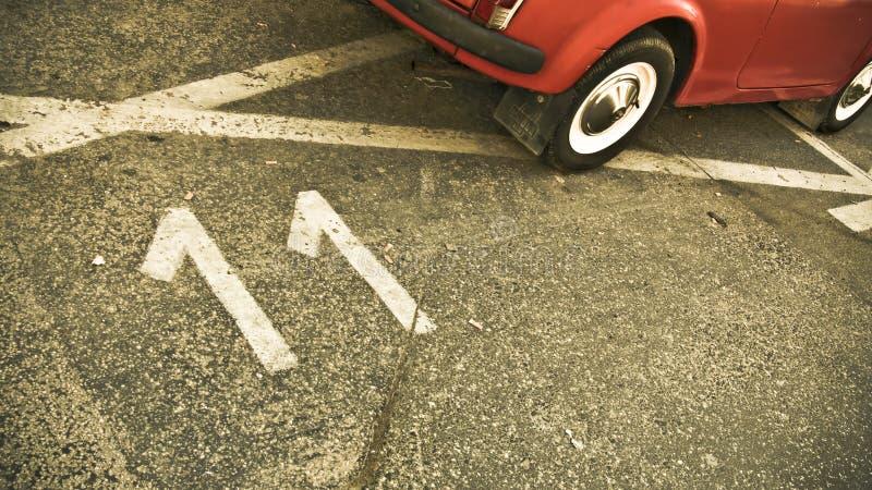 Nr. elf gemalt auf Straße mit rotem Auto stockfoto