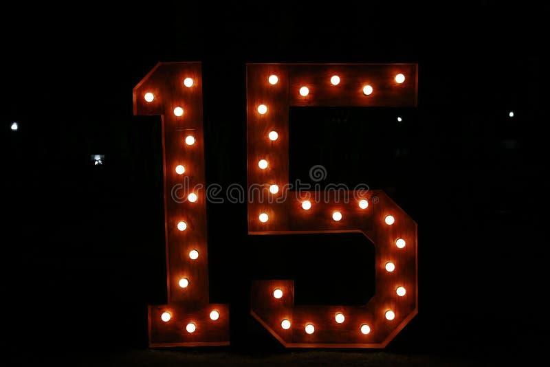 Nr. fünfzehn mit Lichtern an; fünfzehn belichtet; bunte Zahl lizenzfreie stockfotos
