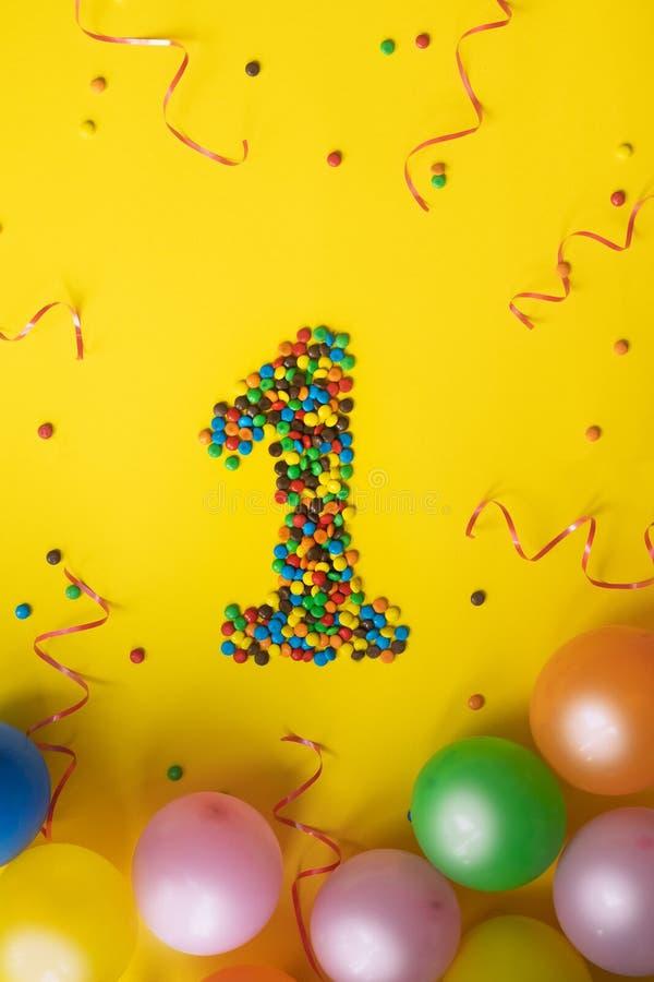 Nr. 1 machte vom Süßigkeitsgeburtstag auf gelbem Hintergrund lizenzfreie stockfotos
