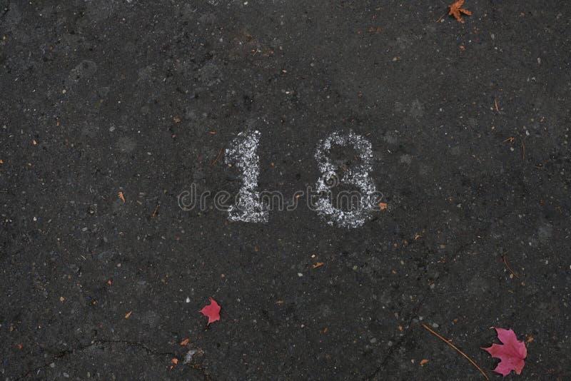 Nr. neunzehn 18 auf der Straße in der weißen Farbe lizenzfreies stockbild