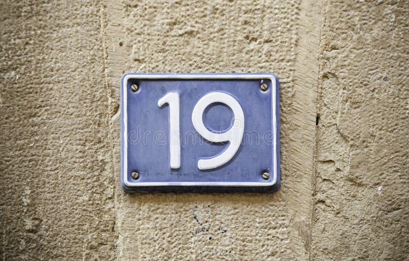 Nr. neunzehn in der Wand stockfotografie
