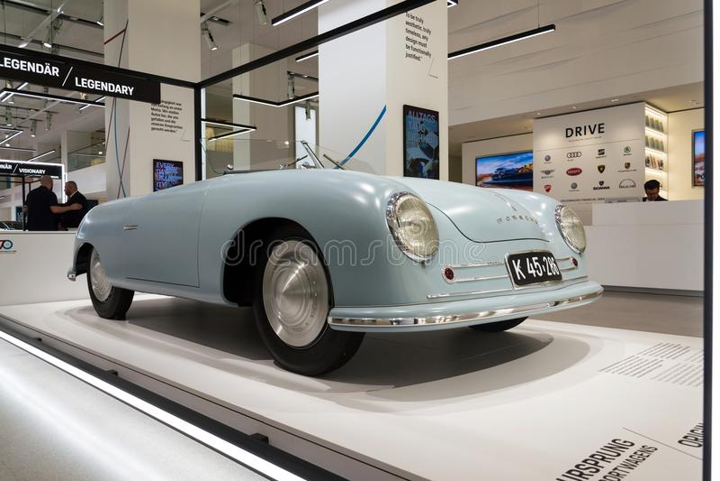 Nr Porsches 356 1 Replik des offenen Tourenwagens, die an die Volkswagen Gruppe Forum Antrieb in Berlin, Deutschland steht lizenzfreie stockfotos