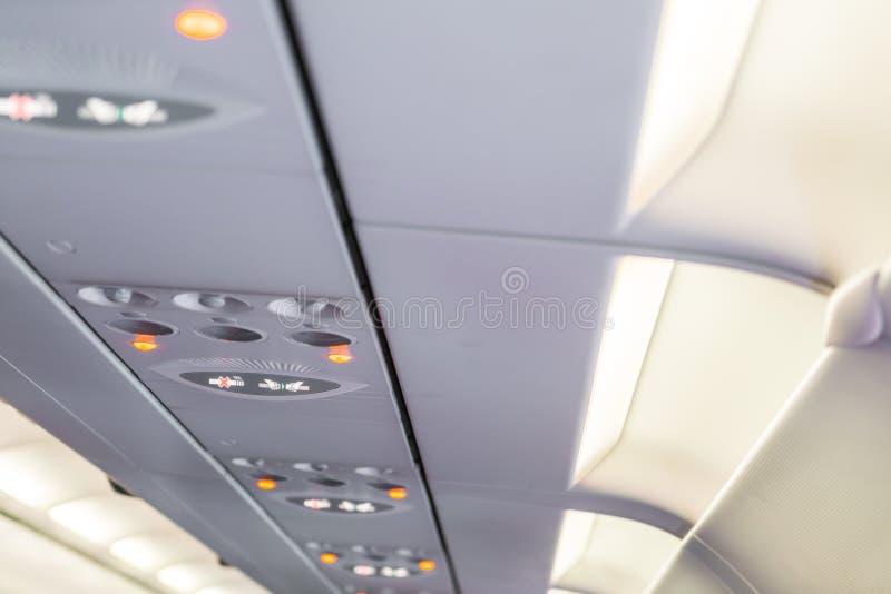 Nr - rokend teken en veiligheidsgordelteken op het vliegtuig stock fotografie