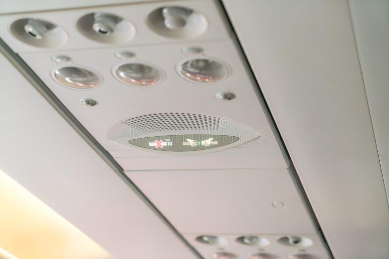 Nr - rokend teken en veiligheidsgordelteken op het vliegtuig stock foto's