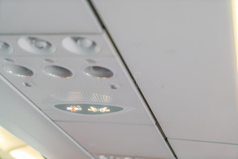 Nr - rokend teken en veiligheidsgordelteken op het vliegtuig royalty-vrije stock foto's