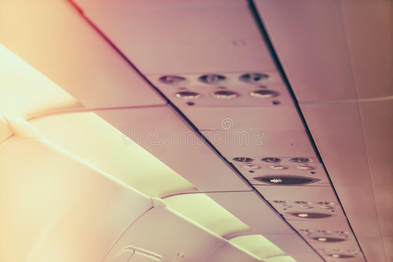 Nr - rokend teken en veiligheidsgordelteken op het vliegtuig (Gefiltreerd stock fotografie