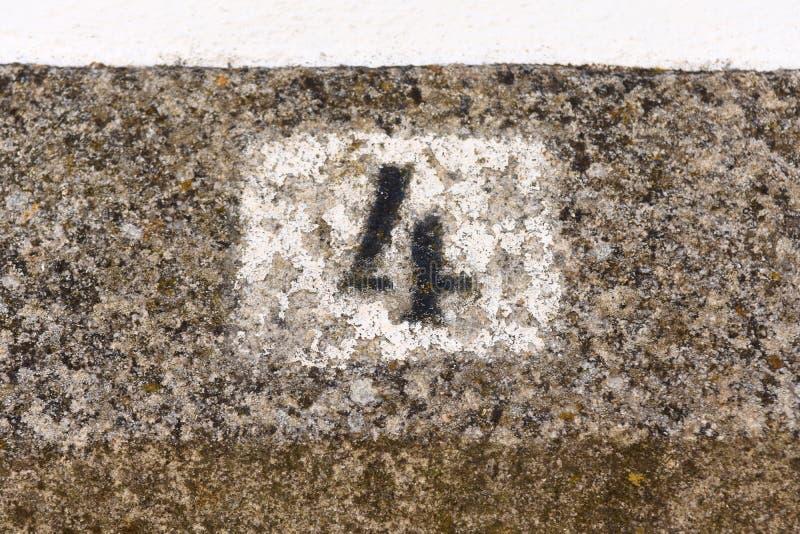 Nr. vier auf der Wand lizenzfreies stockbild