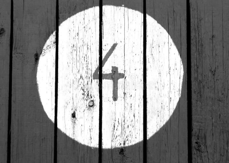 Nr. vier auf hölzerner Schwarzweiss-Wand lizenzfreie stockbilder