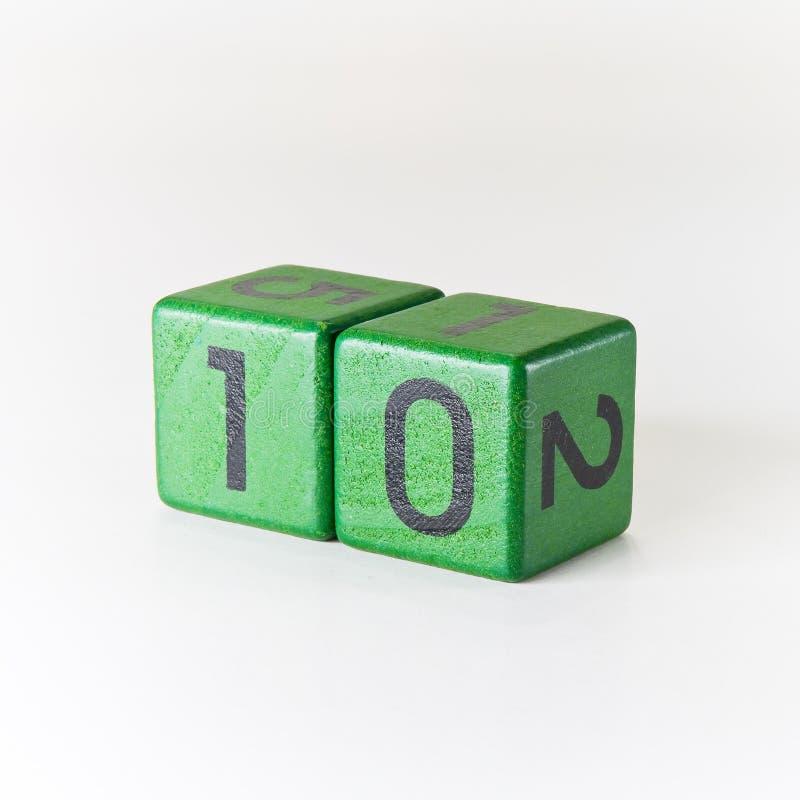 Nr. zehn geschrieben auf einen hölzernen grünen Würfel lizenzfreie stockfotos